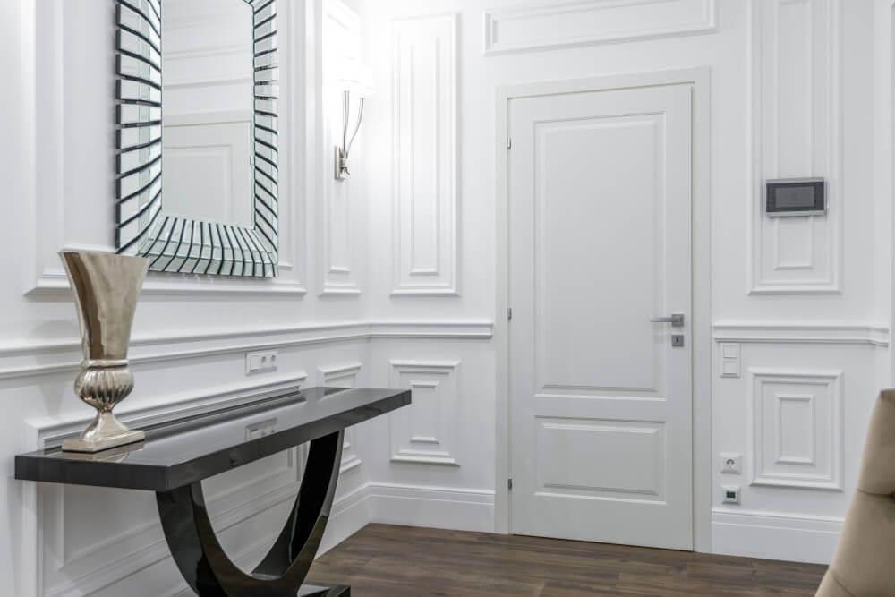Бяла ретро врата и ламперия